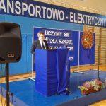 Zdjęcie przemawiającego dyrektora szkoły