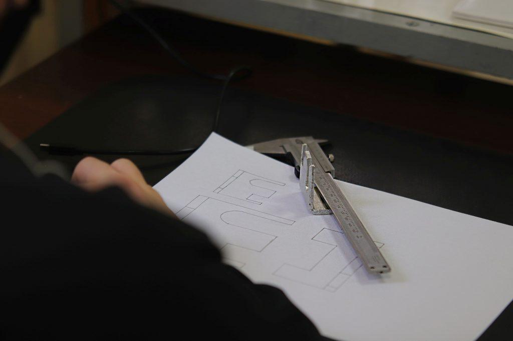 Kartka papieru oraz suwmiarka